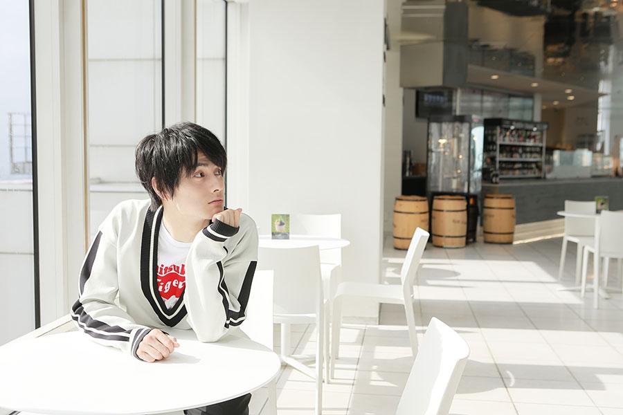 梅田スカイビル 空中庭園のカフェにて。「妄想することが好き」。演じる役の過去や人生を妄想するだけでなく、自分がシェフになった妄想をして料理を作ることも!