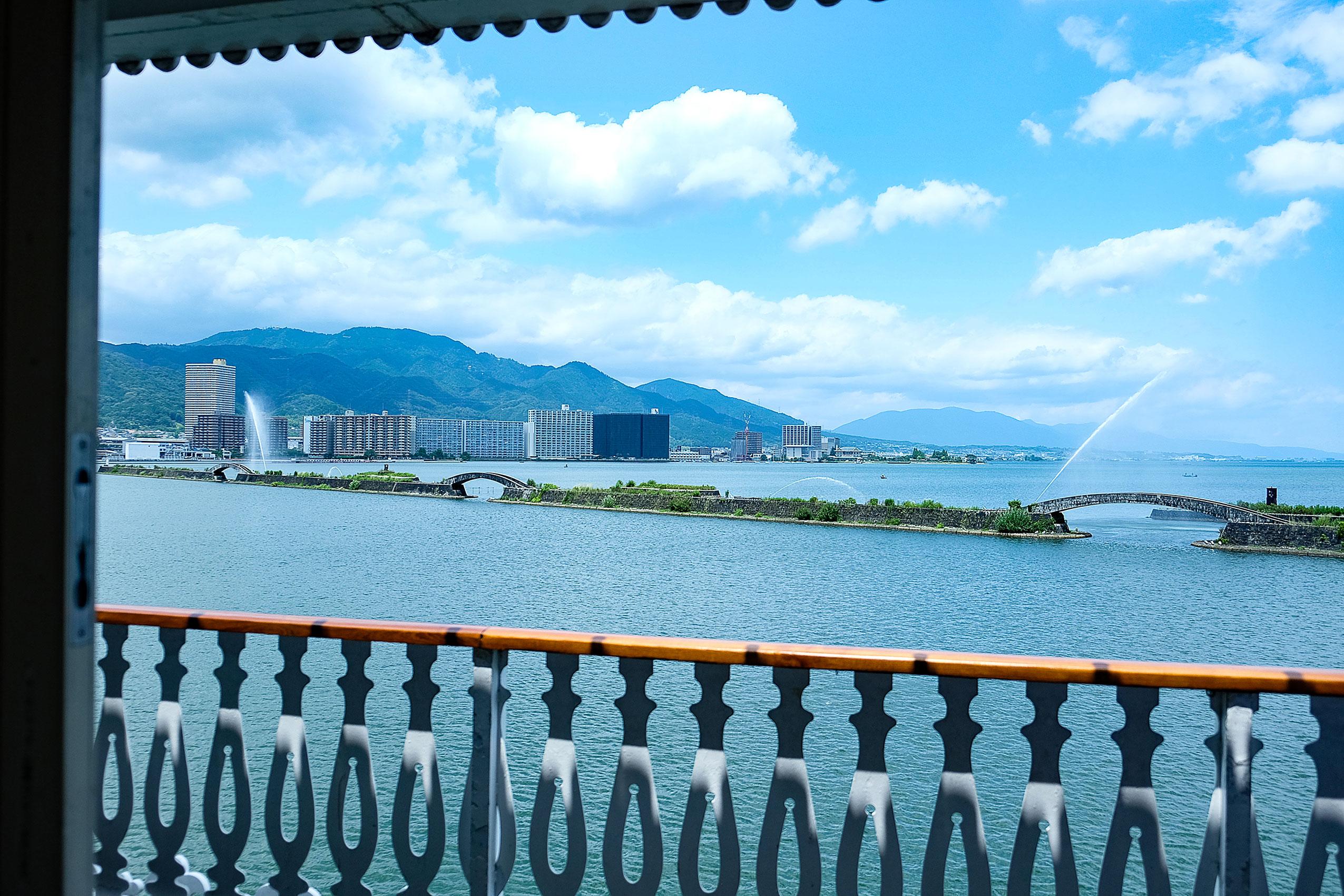 港の防波堤に近づくと運がよければ「びわこ花噴水」の様子が見られることもある