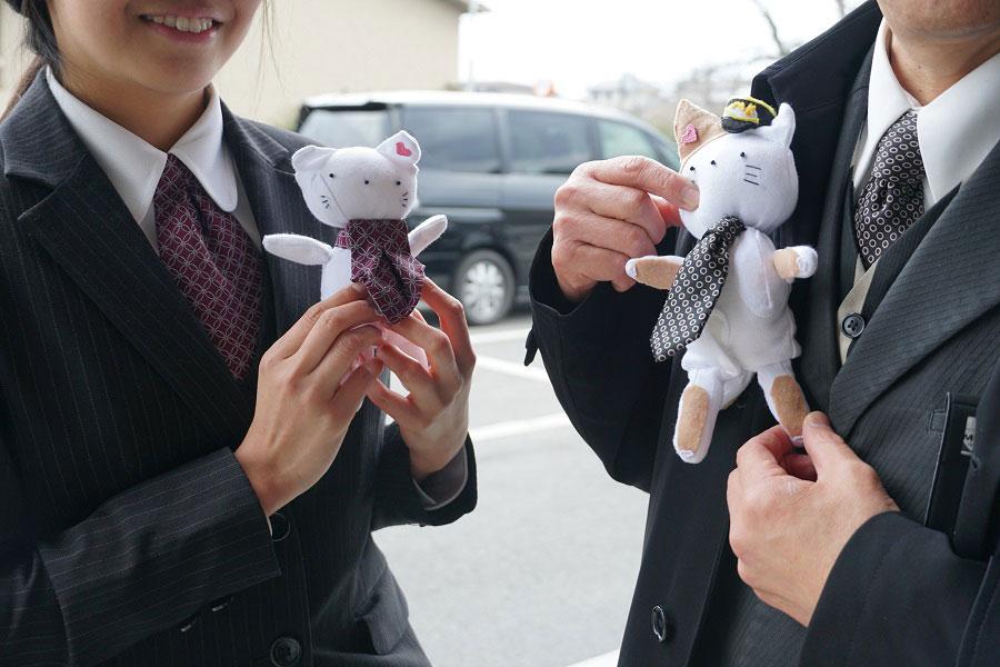 2月の「猫の日」にちなんだ「MKねこタクシー」には、ドライバー手袋の人形も乗車