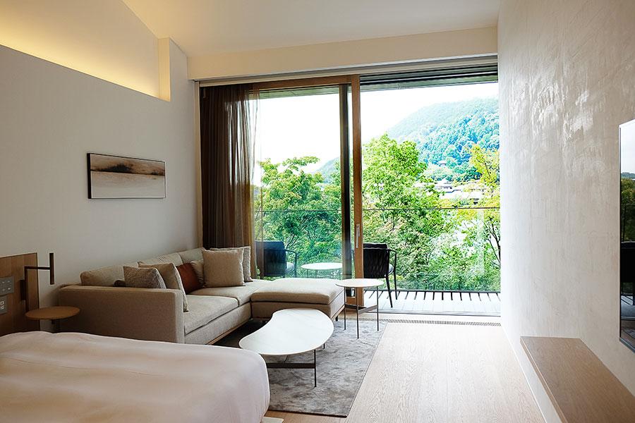 部屋タイプ「RiverView」は嵐山の眺望が目の前に。入室すると、窓のロールスクリーンとカーテンが開き、絶景が絵画のように現れる粋な演出も
