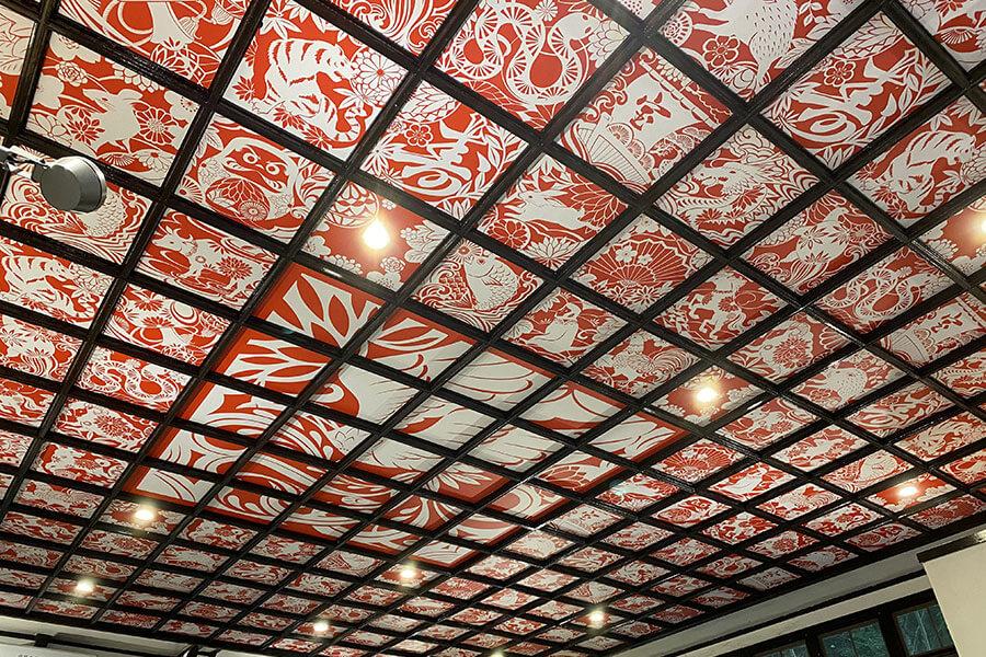 ケーブルカー側コンコースの天井には「宝来」と呼ばれる切り絵がモチーフに。さまざまな縁起物がかたどられる