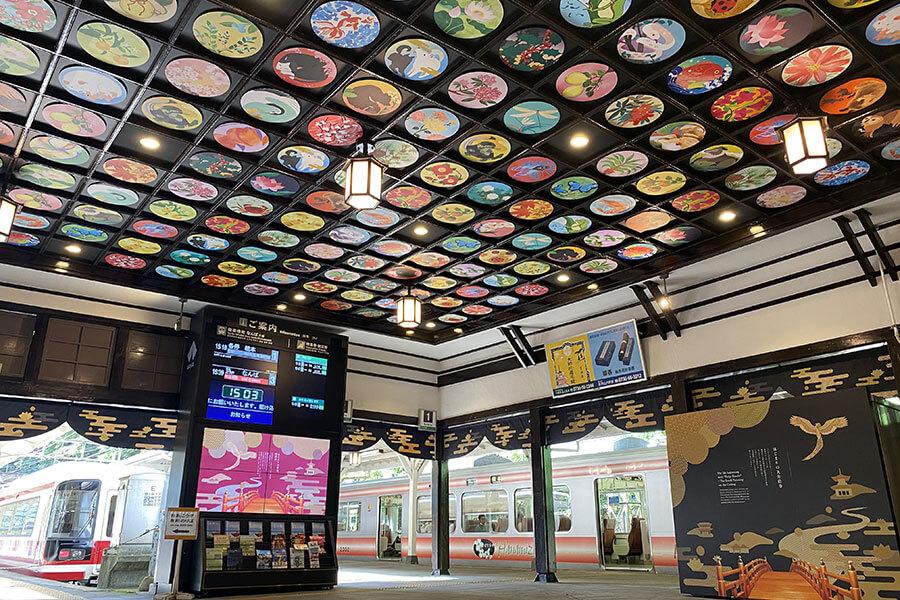 「いのちのはじまり」を表現した電車側コンコースの天井。極楽鳥や高野山ゆかりの動植物が描かれる