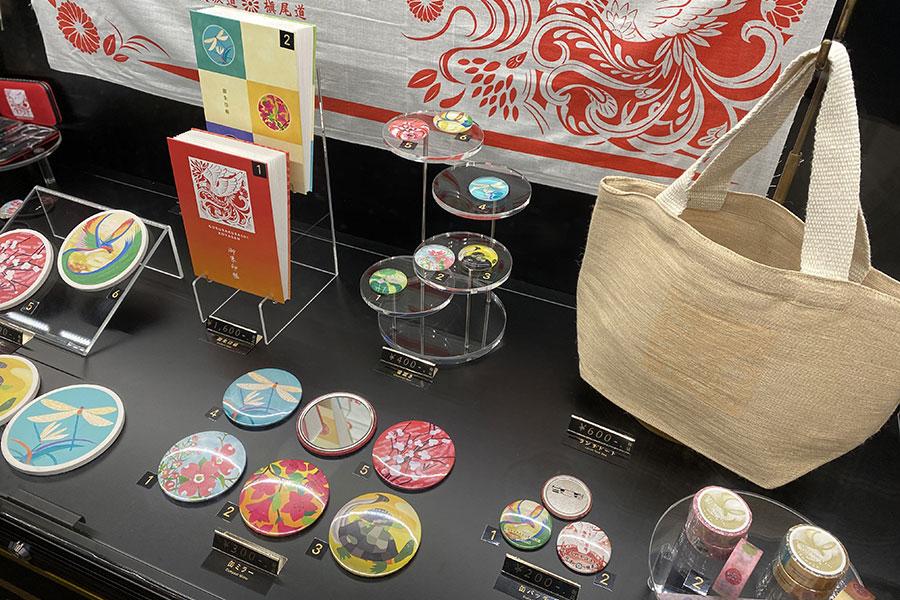 構内のグッズ売場では、御朱印帳1600円や箸置き400円、手ぬぐい500円など限定グッズを販売