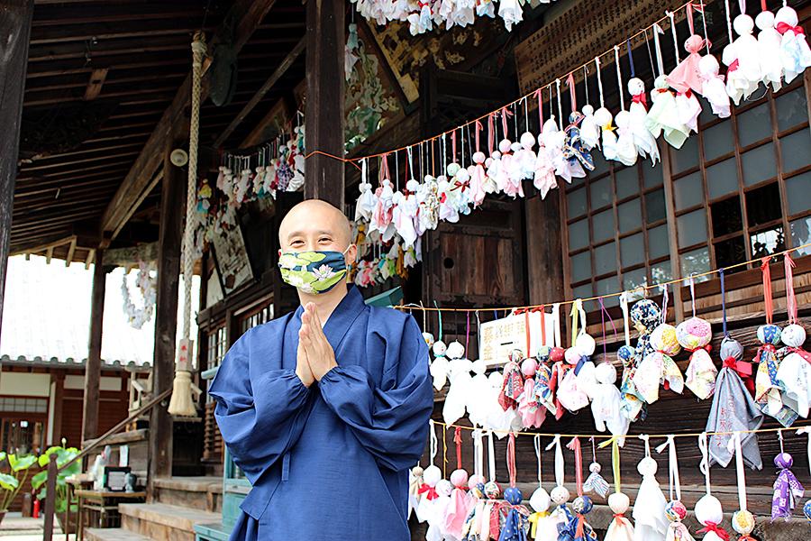 「生蓮寺」の「蓮和尚」こと高畑公紀住職。1000体以上のてるてる坊主が集まった