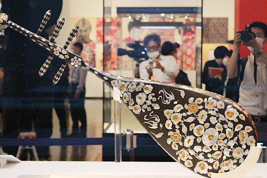 再現模造の『螺鈿紫檀五絃琵琶(らでんしたんのごげんびわ)』の背面。夜光貝や玳瑁(たいまい/べっ甲)による螺鈿が豪華絢爛