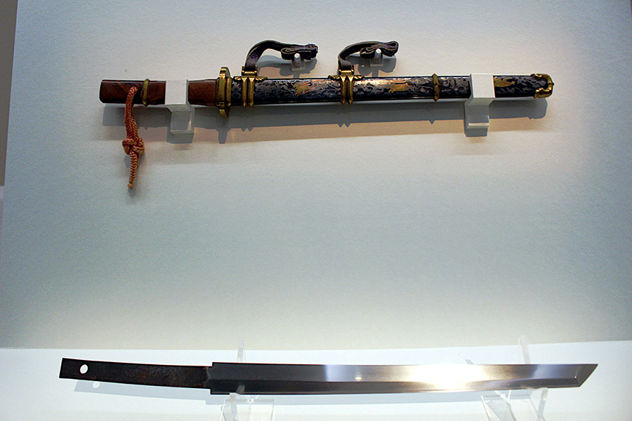 明治8年に開催された「奈良博覧会」では、会期中に正倉院宝物の模写や拓本を取り、模造を製作。模造の『金銀荘横刀(きんぎんかざりのおうとう)』(奈良国立博物館所蔵)