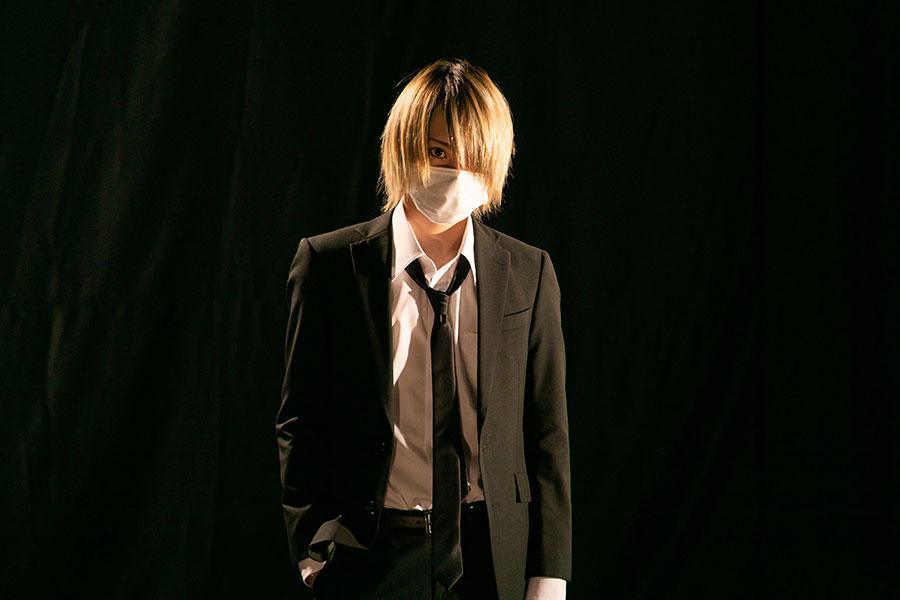百通りの 仮の姿を持つ潜入のスペシャリスト・岸蛍を演じる佐藤流司