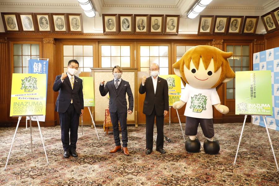 滋賀県本庁舎を訪れた西川貴教(真ん中)と、三日月大造滋賀県知事(左)、橋川渉草津市長(1日・大津市内)