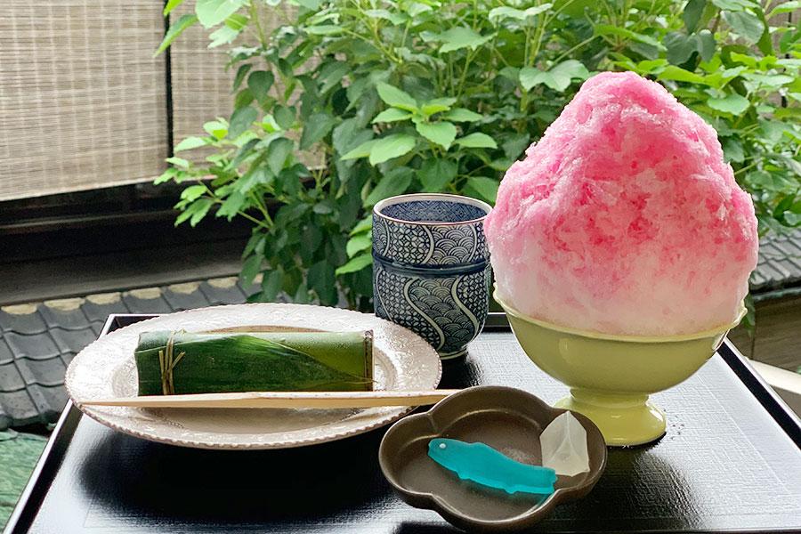 「二條若狭屋 寺町店」の「祇園祭セット」。かき氷とともに、竹水羊羹か祭にちなんだ3種の上生菓子から1つを選べる