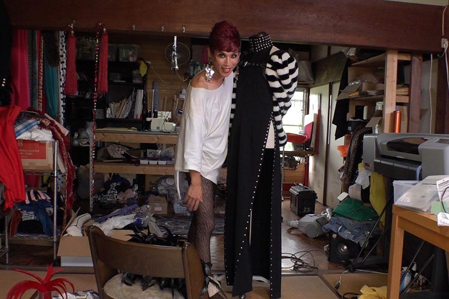お手製のステージ衣装がずらりと並ぶ自宅の衣裳部屋 写真提供:MBS