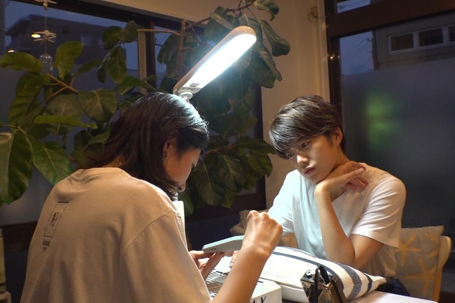 姉の奈穂子さんのネイルショップ。試合前のゲン担ぎに、ネイルを施してもらう(写真提供:MBS)