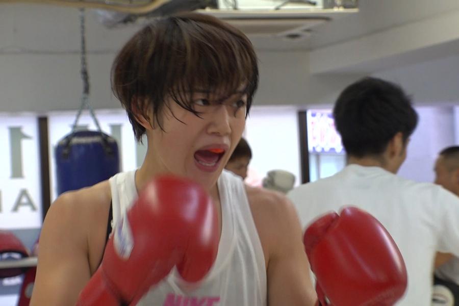 鋭い右ストレートを武器に追い込み練習をおこなう永田恵梨子(写真提供:MBS)