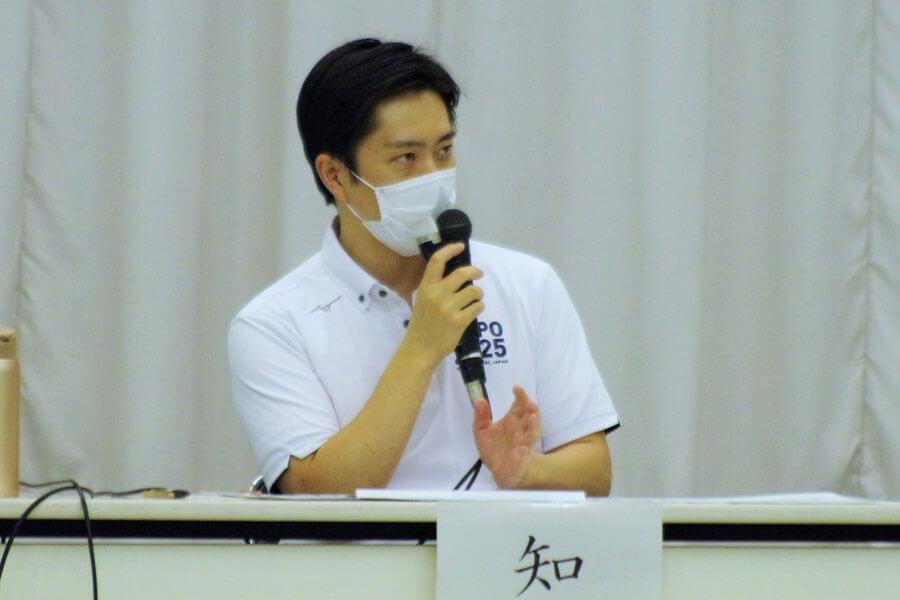「学校ついては、できるくだけ動かす方向」と話した吉村洋文知事(7月3日・大阪市中央区)