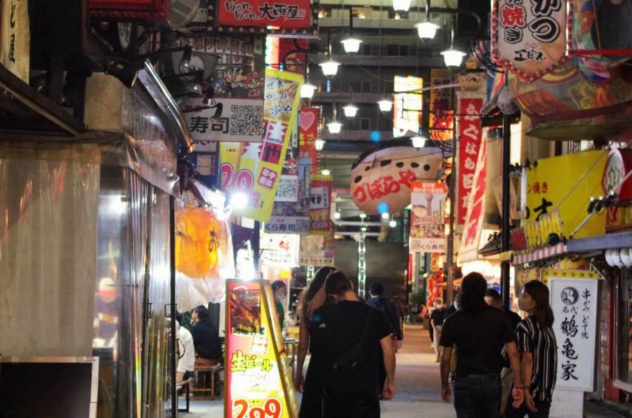 この日の夜も若者らが楽しむ様子が見られた通天閣のある繁華街・新世界(7月12日・大阪市)