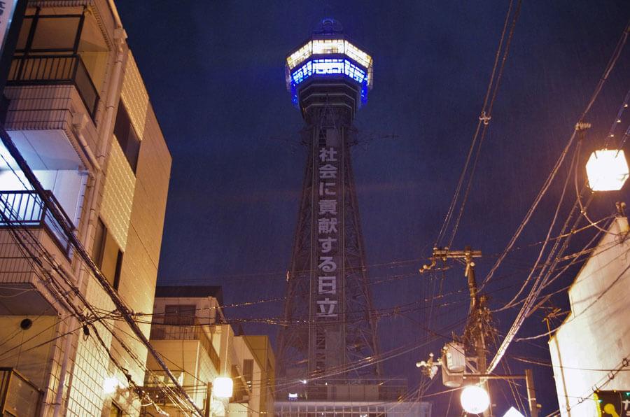 いったん役目を終え、約1カ月半ぶりの消灯となった通天閣(6月30日・大阪市)