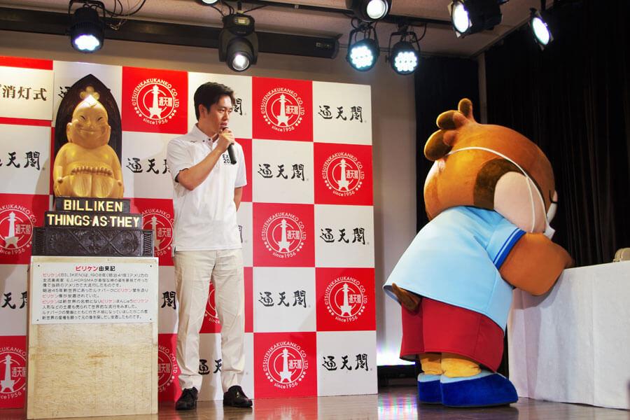 通天閣のライトアップに対する感謝状贈呈式に参加した大阪府広報担当副知事のもずやん(6月30日・通天閣)