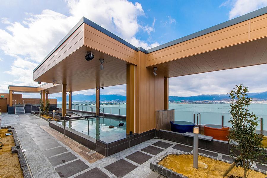 目の前に琵琶湖が広がる「守山湯元水春」ではサウナと12種のお風呂を用意(画像提供:守山湯元水春)