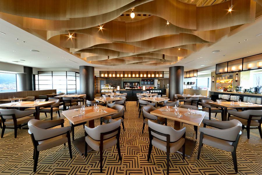 ルーフガーデンプールと、ランチまたはディナーブッフェのセットプランで利用できる、レストラン「GOCOKU」の店内