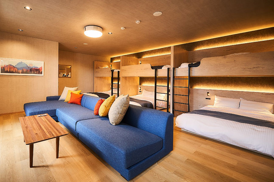 コンテナを改装した客室。二段ベッドなどがあり、大人数で宿泊できる