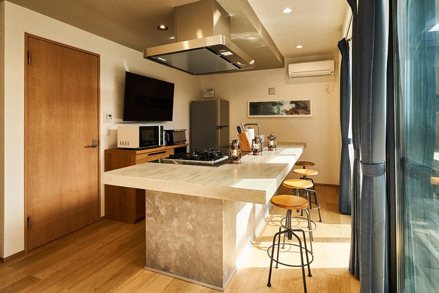 冷蔵庫、電子レンジ、調理器具やお皿などを完備したキッチンスペース