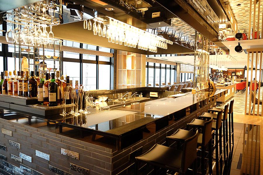 朝食とディナー、バーを兼ねる「Dining & Lounge KOTONA」。10時~17時半は宿泊者用専用ラウンジとしてソフトドリンクを無料でサービス