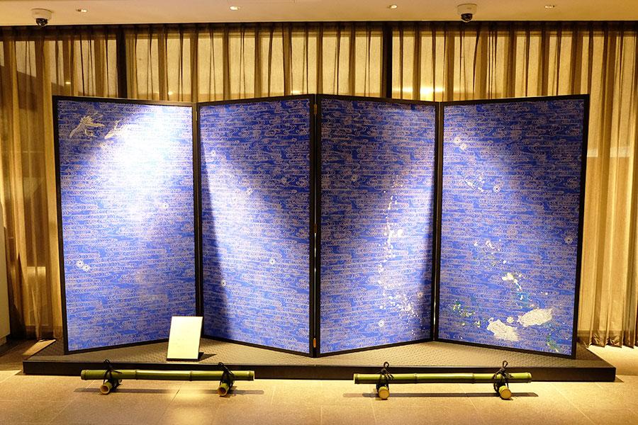 キャプション:「リーガロイヤルホテル京都」でもコラボレーションをおこなう「雲母唐長」トトアキヒコさんの作品はロビーに展示