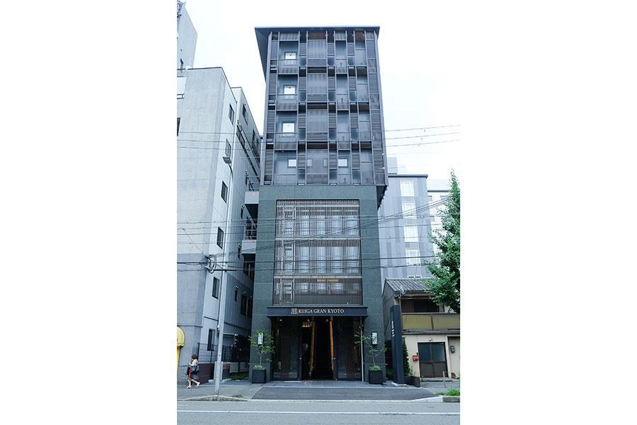 烏丸東寺通りの交差点近くに位置するリーガグラン京都