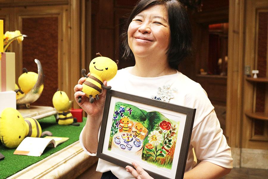 「カレルチャペック紅茶店」オーナーの山田詩子さん。手にしているのは人気キャラクターの「みつばちバジーちゃん」