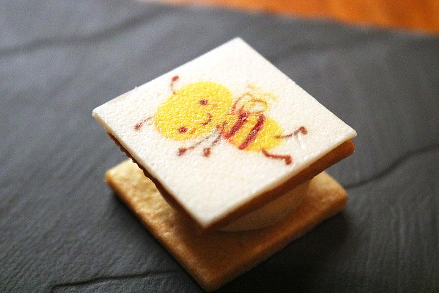 「ハニーバタークリーム」にプリントされたバジーちゃんも、描き下ろし