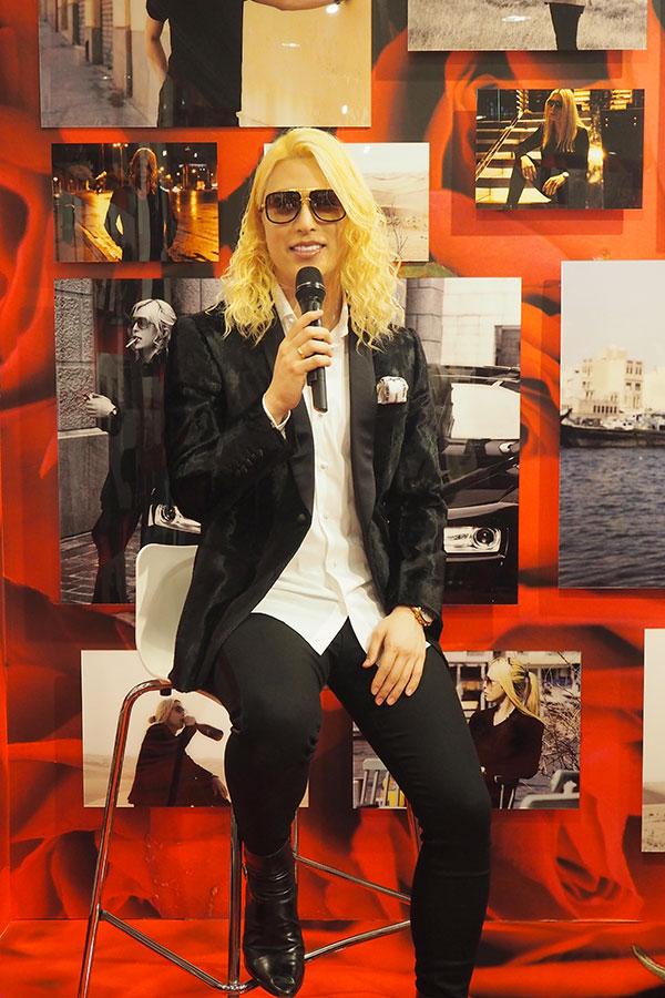自身のブランド「クリスチャン・ローランド」のスーツを着用して登場したローランド(22日・大阪市中央区)