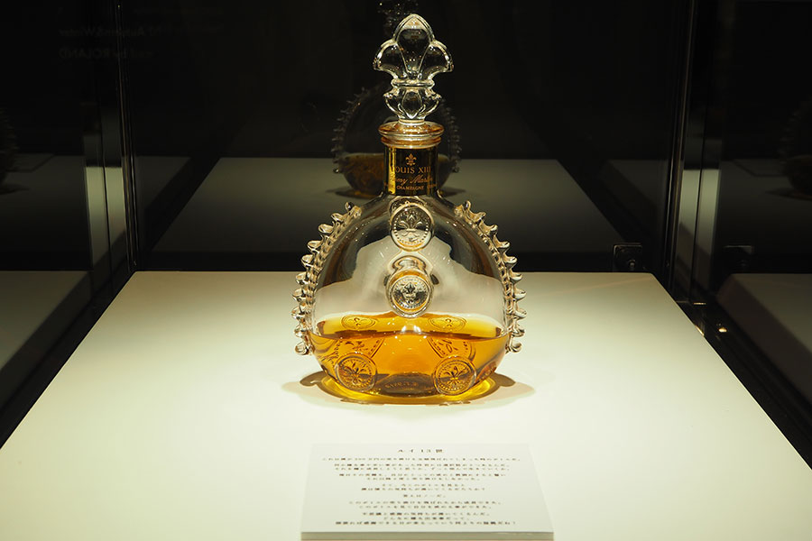 私物コーナーに展示された、飛ばれた300万円の「ルイ13世」