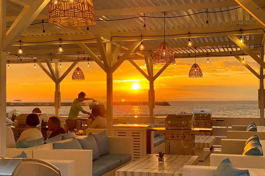 BBQ専門のTHE BBQ BEACH in MarbleBeach。日本の夕陽百選に選ばれた絶景が楽しめる