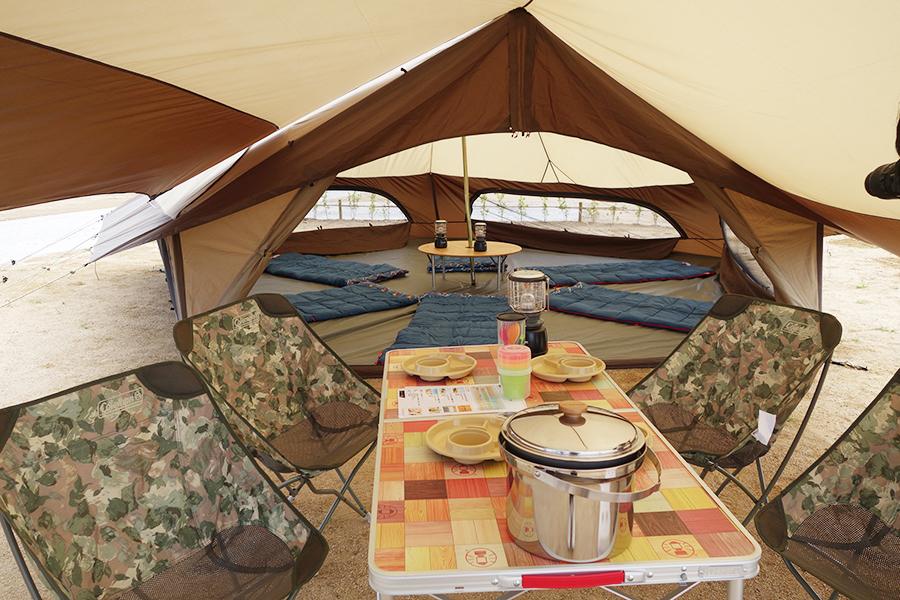 キャンプサイトのRECAMP りんくう。常設テントが4サイトあり、ほかの区画は持ち込み可