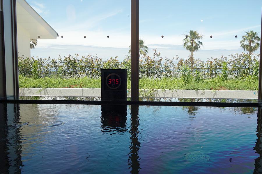 浴場から海が見えるSORAの湯。単純温泉で、半露天風呂も