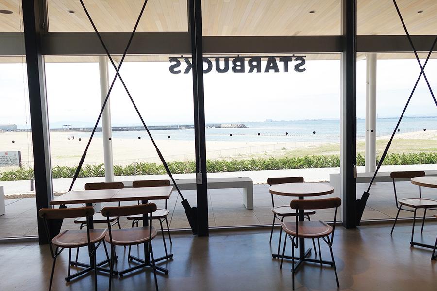 海の景色が存分に楽しめる「スターバックスコーヒー」