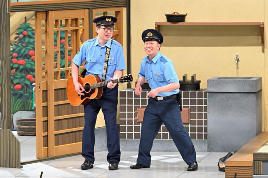 強盗を追ってきた警察官役の松浦真也(左)、吉田裕