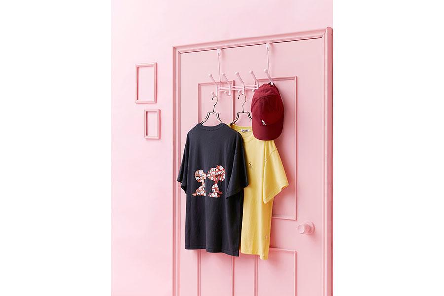 「スナイデル」Tシャツ各7920円、キャップ5940円。© 2020 Peanuts Worldwide LLC