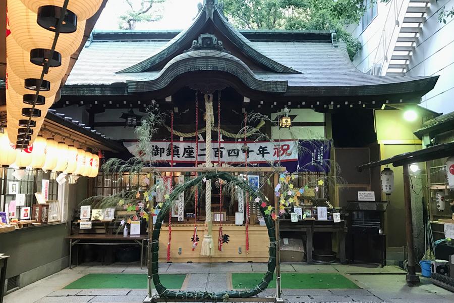 「薬の町」道修町に鎮座する「少彦名神社」。現在は「七夕祭」と「夏詣」で多くの参拝者が訪れている