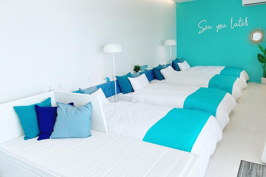 ライトブルーの部屋はベッドソファで5人まで宿泊可