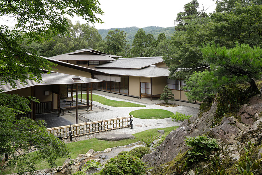 時代を超えた美しい館からは、京都市文化財(名勝)の庭と村野藤吾氏作の「白砂の中庭」を眺めることができる
