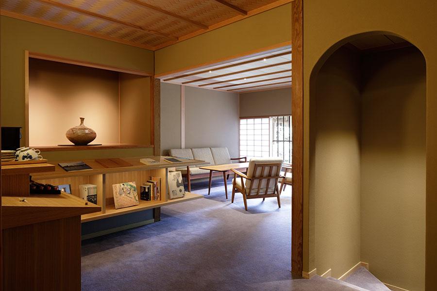 網代天井や聚楽風の土壁など、茶室に使われる伝統的な内装を踏襲したライブラリー