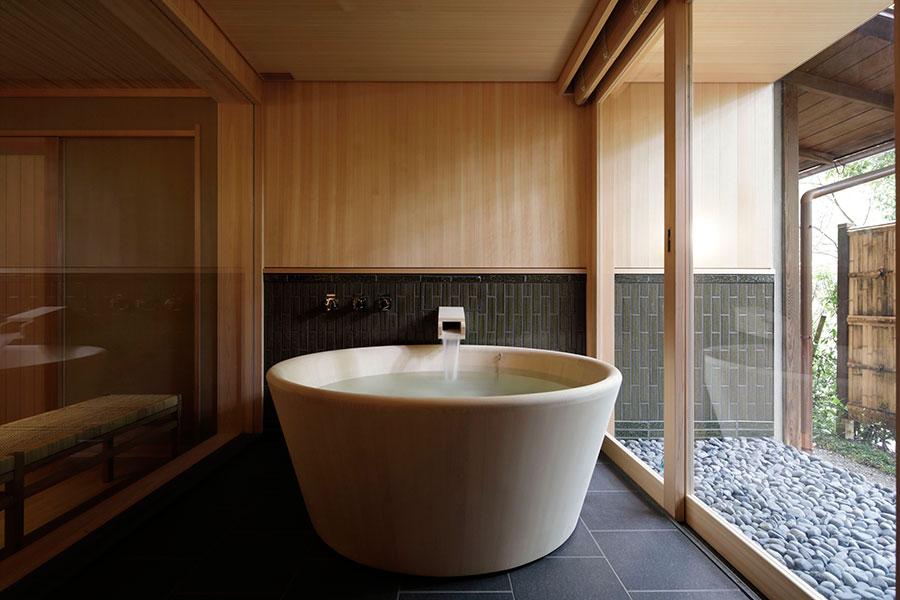 各部屋に引いた天然温泉は、美肌効果が期待できる弱アルカリ性の泉質