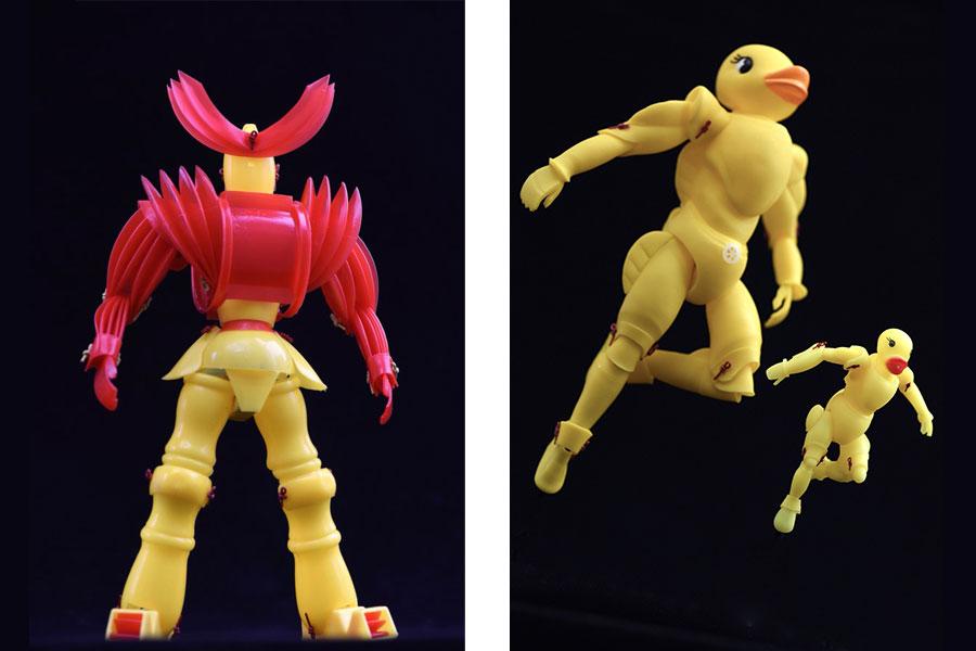 ピコピコハンマーが良い具合に刺々しさをだしている人形、右は「ぷかぷかアヒル」7個を使った人形(提供:安居智博さん)