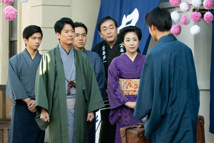 川俣へ向かう裕一を見送る両親や「喜多一」の従業員ら (C)NHK