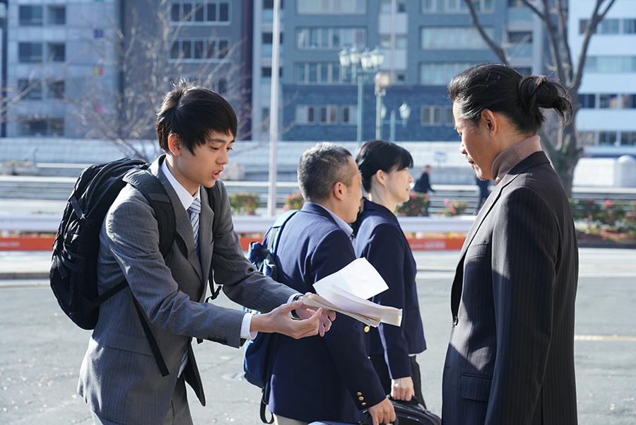 イケてない新社会人を演じる水沢林太郎 ©ktv