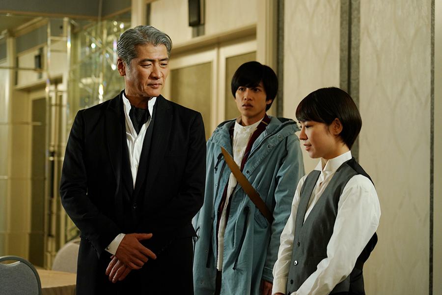 左から、吉川晃司、志尊淳、吉谷彩子 ©ktv