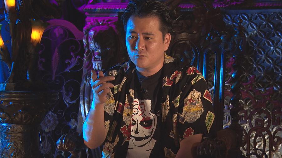 出演する怪談師・まにゅ・やまげら。東京五反田で夜な夜な怪談マニアが入りびたるバーを経営する ©ktv