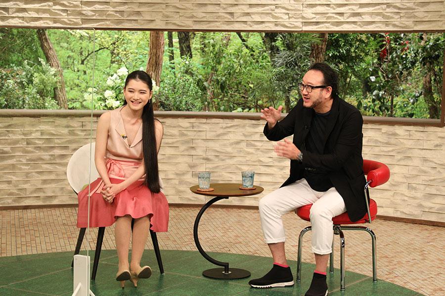 作曲家の服部隆之さんと、娘でヴァイオリニストの服部百音さん(写真提供:MBS)