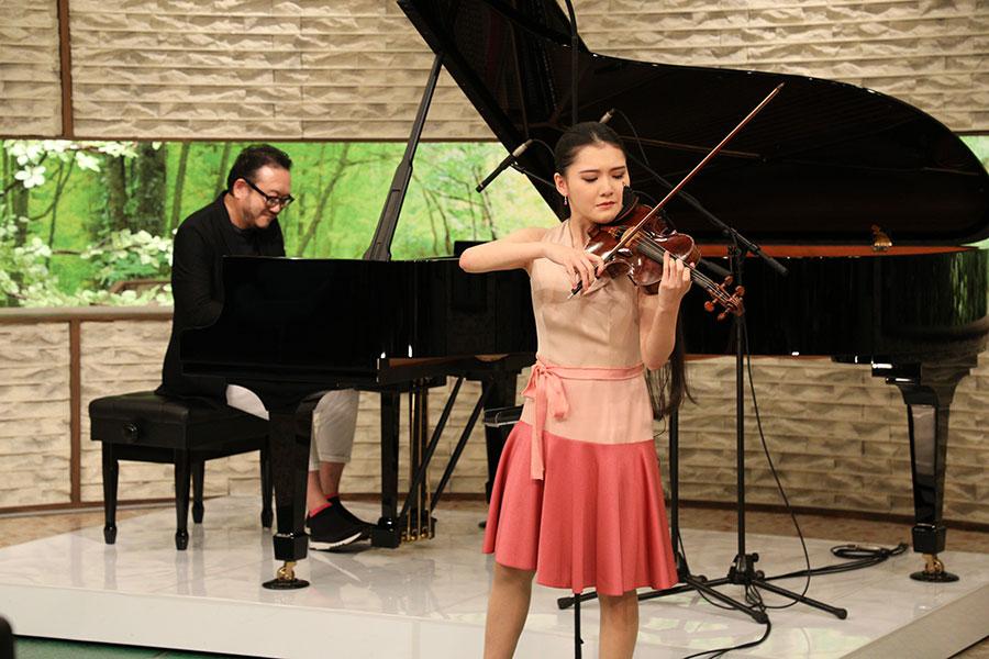服部克之さん作曲の名曲を親子で演奏する服部隆之と百音(写真提供:MBS)