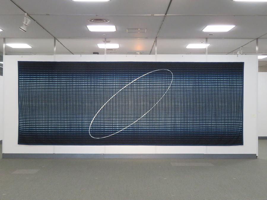 福本潮子《太陽の道》1998年 木綿 折畳縫絞、かがり縫絞、脱色 230×630cm